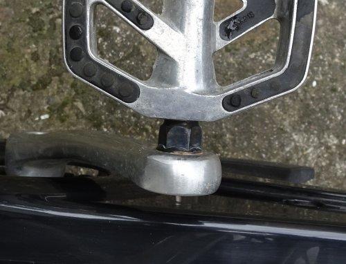 自転車のペダルの取り付けねじの赤錆 ガンブルー液 バーチウッド ブラスブラックで黒染