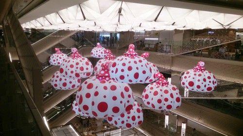 GINZA SIX(ギンザ シックス)の草間彌生さんの水玉のかぼちゃのオブジェ