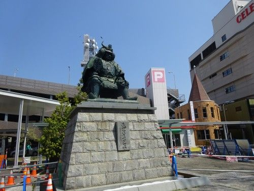 <br> 甲府駅前の武田信玄像。