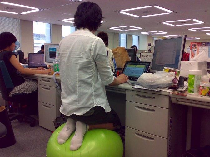 NAVER まとめバランスボールをオフィスで使うのはどうして?
