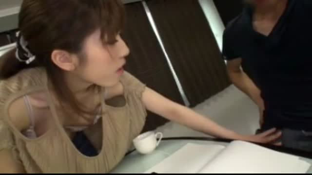【先生胸チラ】カワイイ細いでHなきれいなおっぱいの先生の、胸チラ本番プレイエロ動画!スラっとしてて美しい…!
