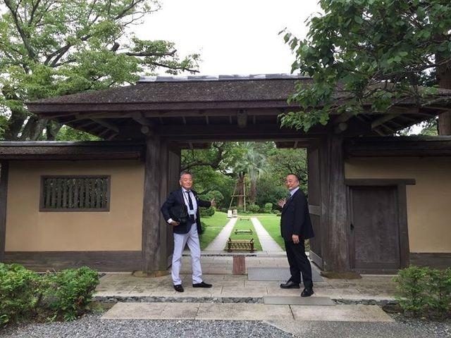 写真1 決断の聖地の入口で記念撮影