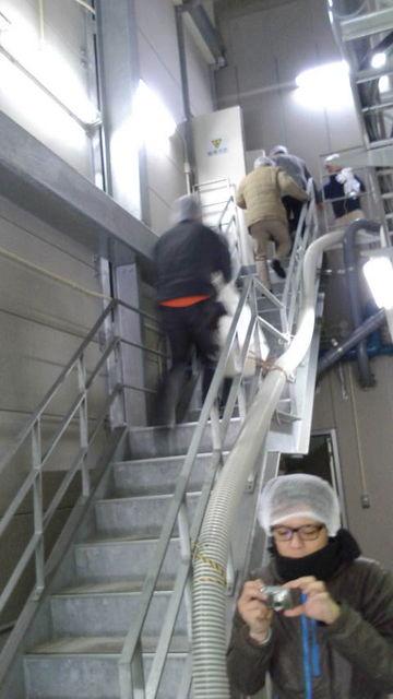 (4)蒸米を階段で運ぶ