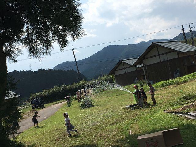 写真35 水をかけ合う子供