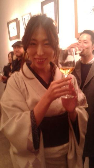 (18)グラスを配る紅華先生