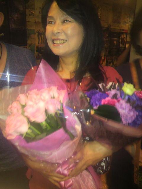 (15)花束を抱き笑顔の西谷さん