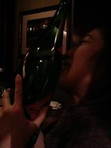 一升瓶にキス美女