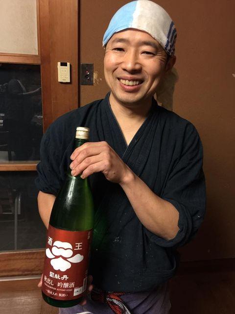 (9)秋出し吟醸を持つ和田さん