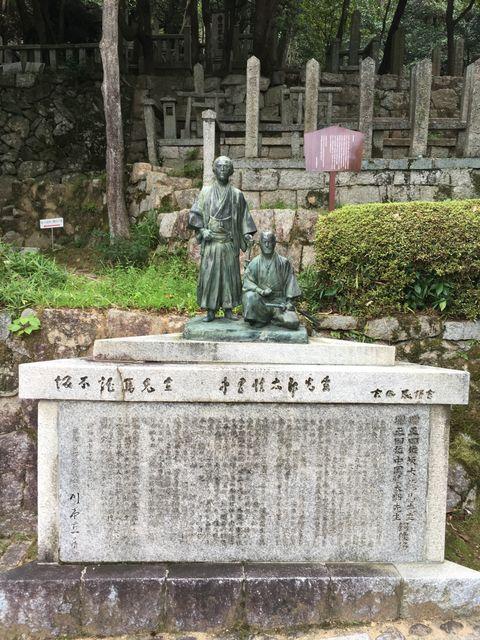 写真8 龍馬、慎太郎銅像