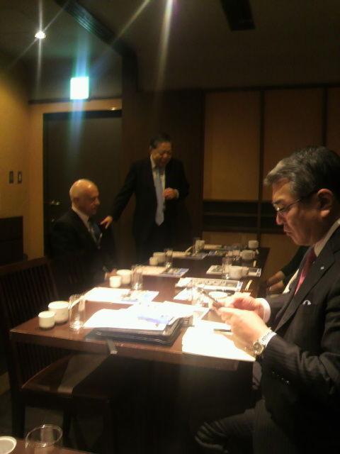 (3)加瀬先生がカデロ大使を紹介