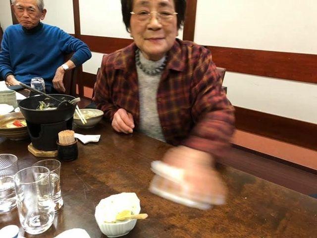 写真12 テーブルをふく松崎先生