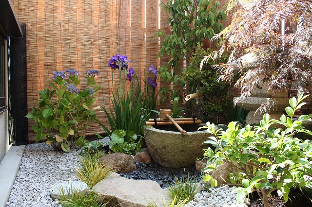 Japanese gardens small spaces and spaces on pinterest for Creating a japanese garden in a small space