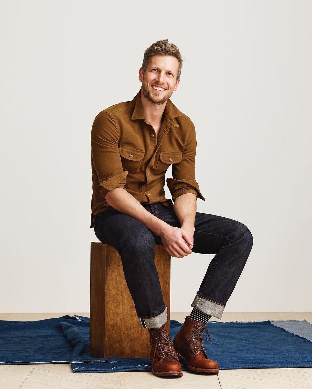 茶のシャツにデニム、ブーツのコーディネートがいい感じ!デニムの裾をあげてボーダーの靴下を見せたり女性受けが良さそうなスタイル。編み上げブーツはコーディネート