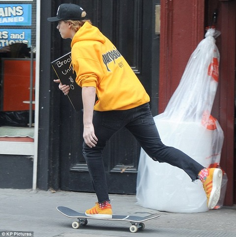 ジャスティン・ビーバーのツアーアイテムを着ているブルックリン・ベッカム
