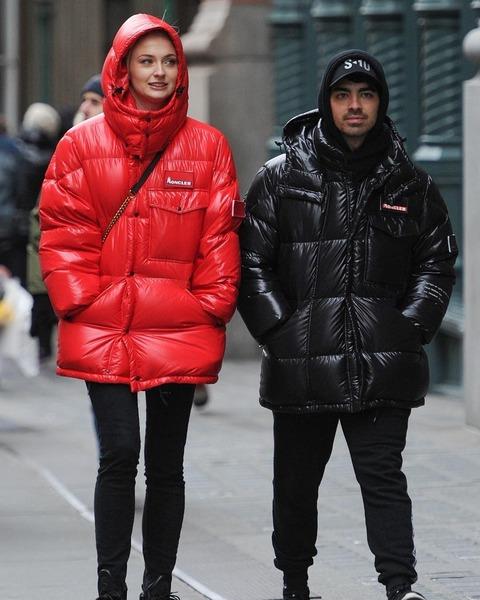 モンクレールのダウンを着るジョー・ジョナスとソフィー・ターナー