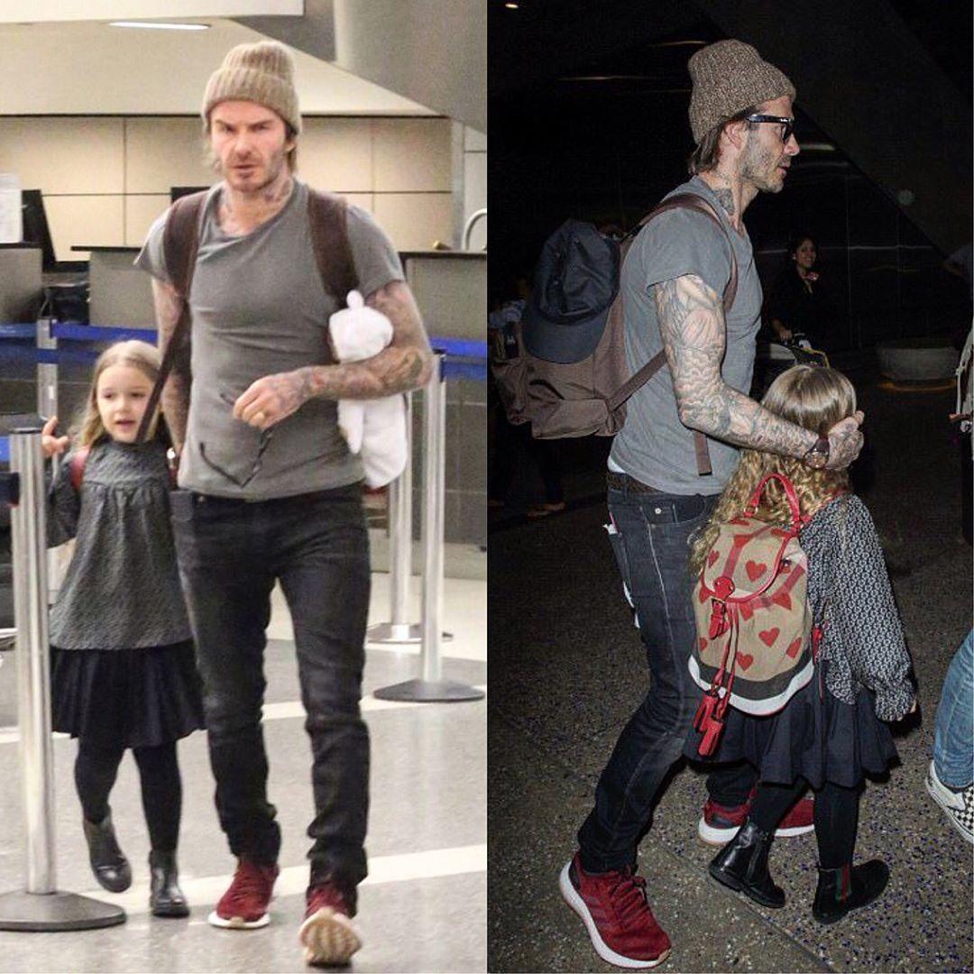 LAの空港に到着したデビッド・ベッカムの家族。この時のファッションはグレーのTシャツに黒デニム、エンジ色のアディダスPureBOOSTにニット帽&サングラスという