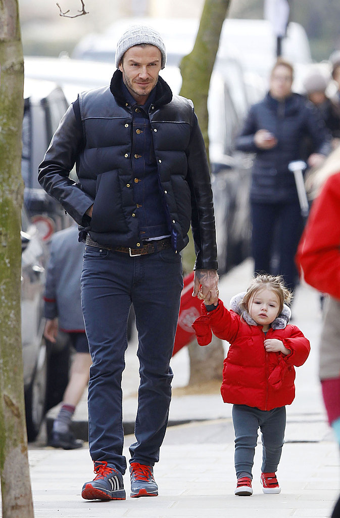 ダウンにデニムでハーパーちゃんと散歩するデビッド・ベッカム 今年も大活躍しそうなのがダウンジャケット。ダークカラーの方が男性は着こなししやすいはず。
