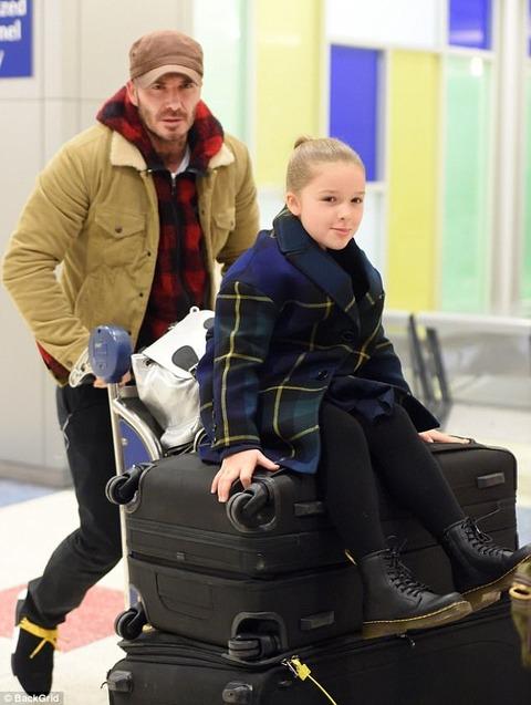 NYの空港に到着したデビッド・ベッカムとハーパーちゃん