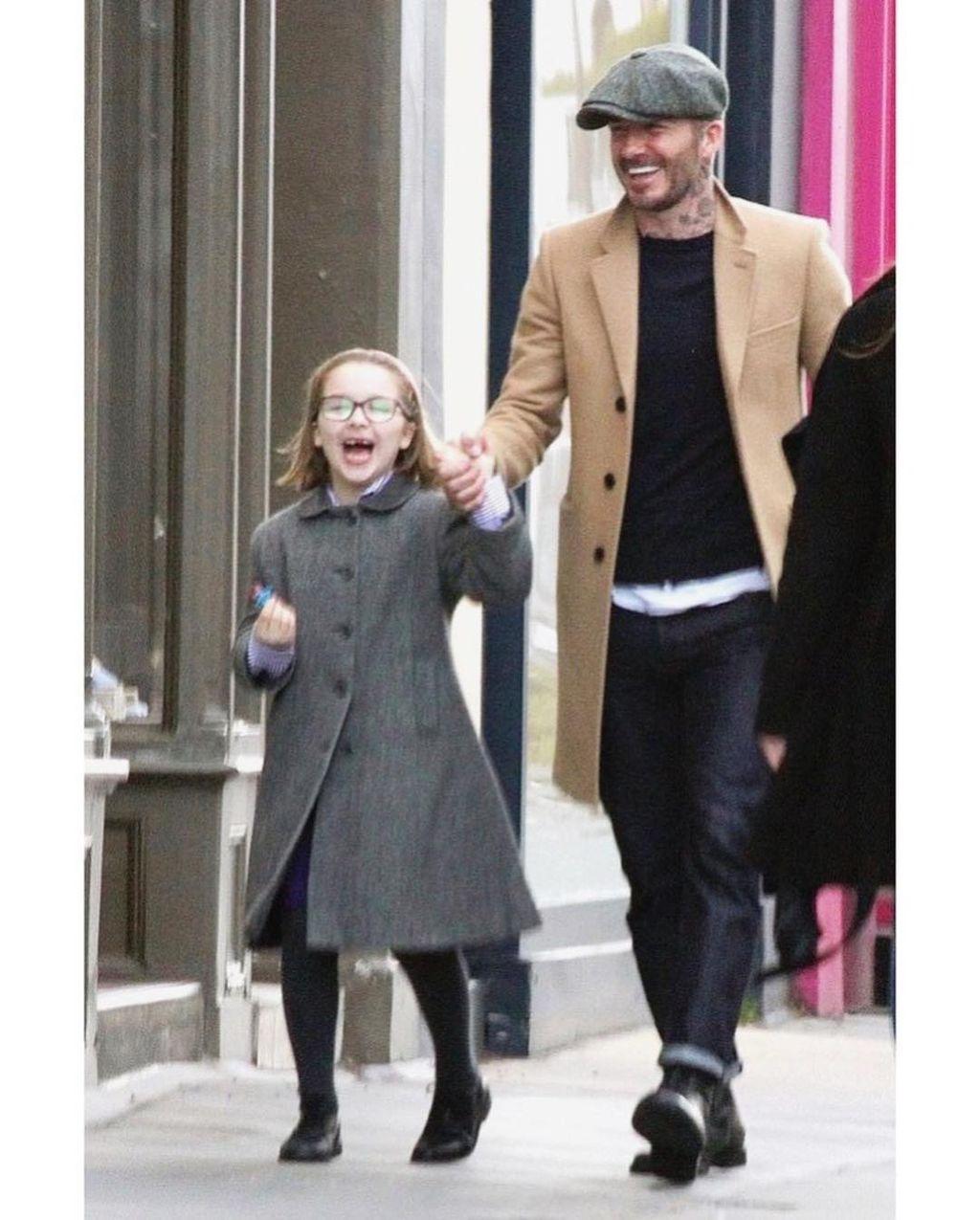ロンドンでハーパーちゃんと買い物をするデビッド・ベッカム
