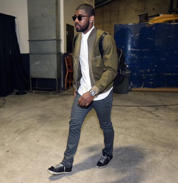 NBAのクリーブランド・キャバリアーズ所属のカイリー・アービング。NBAファイナルの会場に入るときの一コマ。ダークグリーンのMA,1タイプボンバージャケットに白