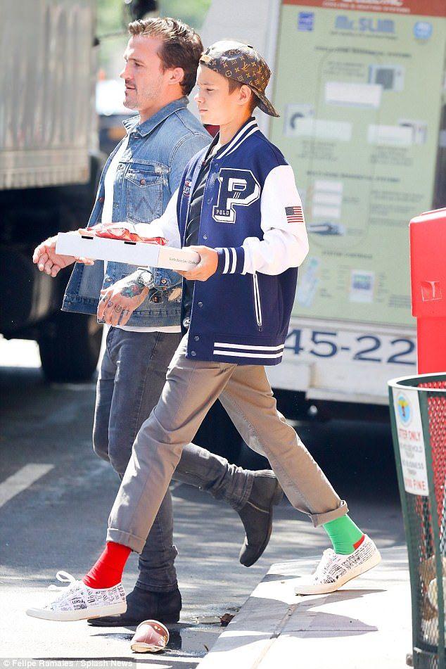 ルイ・ヴィトンのベースボールキャップにポロラルフローレンのブルーのスタジャン、ベージュのチノパンに靴下は赤×緑のロメオ・ベッカム。ヴィクトリアさんと一緒に