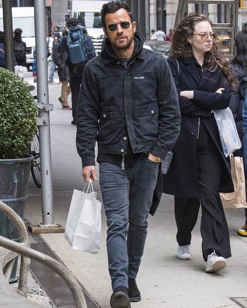 パレススケートボードのジャケットを大人っぽく着るジャスティン・セロー