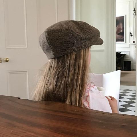 お父さんデビッド・ベッカムのキャスケット帽をかぶるハーパーちゃん