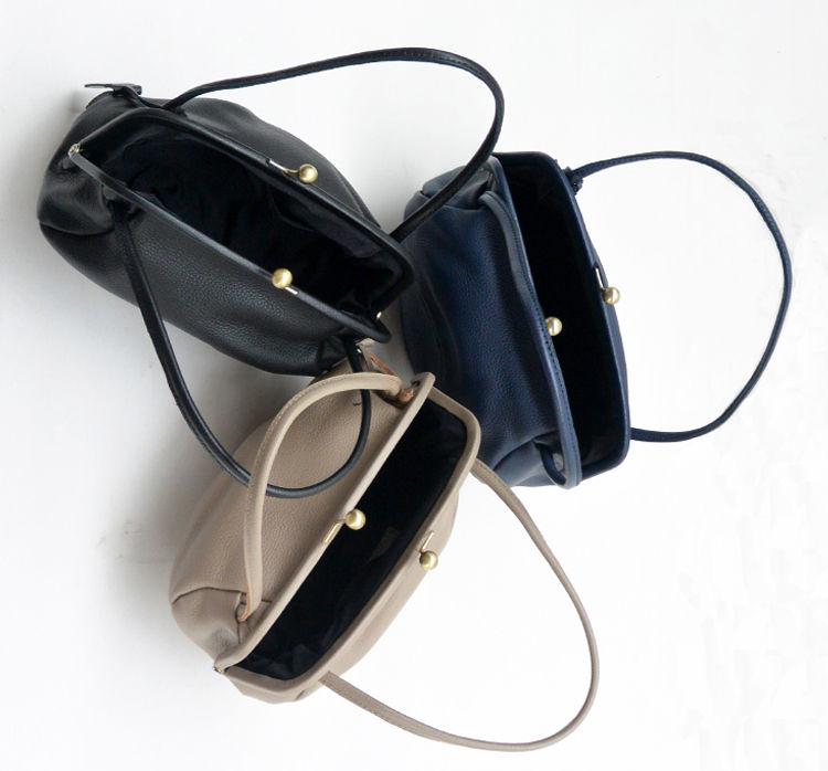 13982c173981 熟練された日本の職人によって鞣された牛革を使用したがま口タイプのハンドバッグです。