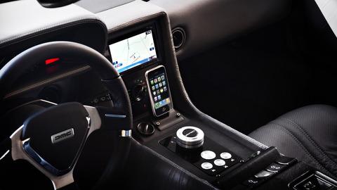 デロリアン車内はカーナビやiPhone対応