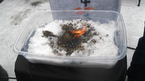 雪上でも火がおこせるインスタファイヤー