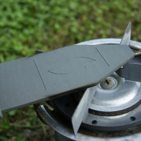 黒いブレード状の金属板を加熱