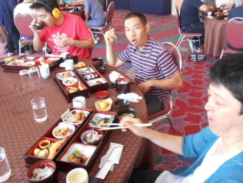 5.NHK・恐竜展(観光後の食事の様子です。)