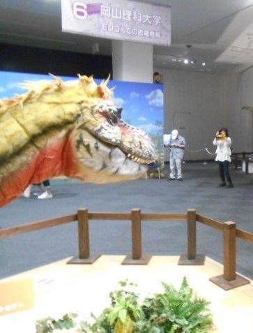 3.恐竜展(ちょっと怖いけど興味津々で見てました。)