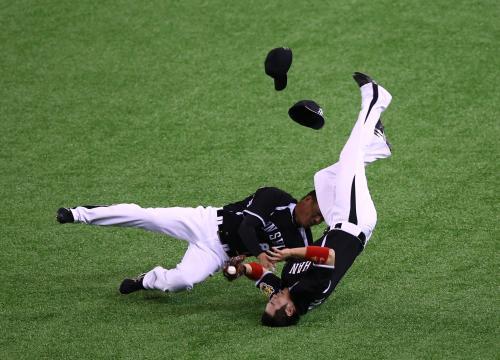 阪神・西岡、救急車で病院搬送 飛球追い福留と激突  野球
