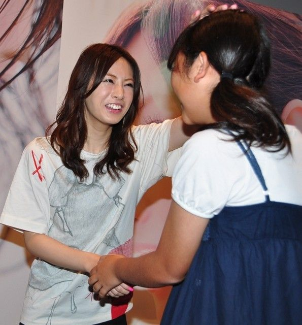 北川景子「涙出ちゃいました」 ファン500人がサプライズで誕生日を祝福!…自身初の写真集『27』発売記念握手会開催