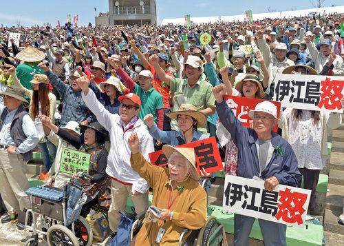 【沖縄】主権の日抗議集会・・・収容人数4000人の会場に約1万人もの人が集まる。 共同代表「基地がある限り主権国家じゃない」