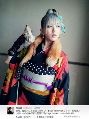 【芸能】元AKB光宗薫、奇抜な振り袖姿を披露!銀髪にキツネの剥製あしらう