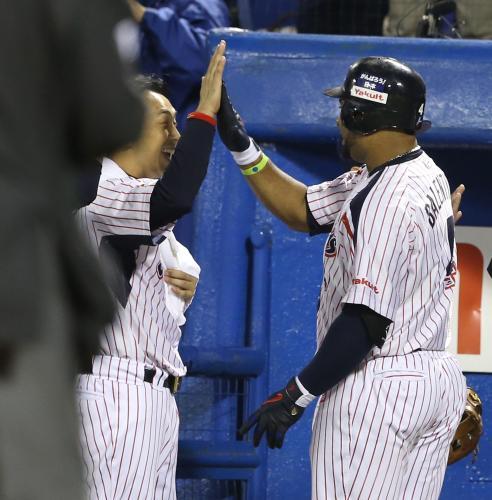 【野球】ヤクルトのバレンティン大台60号本塁打 引退の宮本と抱き合って喜ぶ