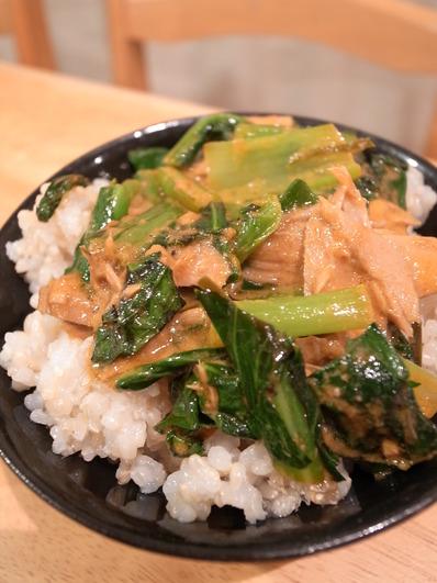 小松菜といなばのレッドカレー丼