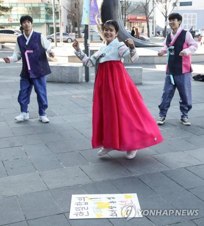 解決は韓国政府にどうぞ。合意破棄しないって言ってましたよ 〜 慰安婦問題の解決を求めるフラッシュモブ(写真)