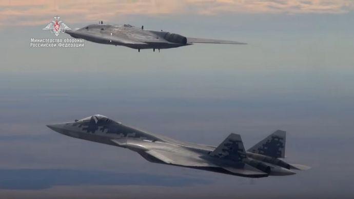 ロシアのステルス無人攻撃機「オホートニク」とステルス戦闘機「Su-57」が初の共同飛行を実施(動画)!