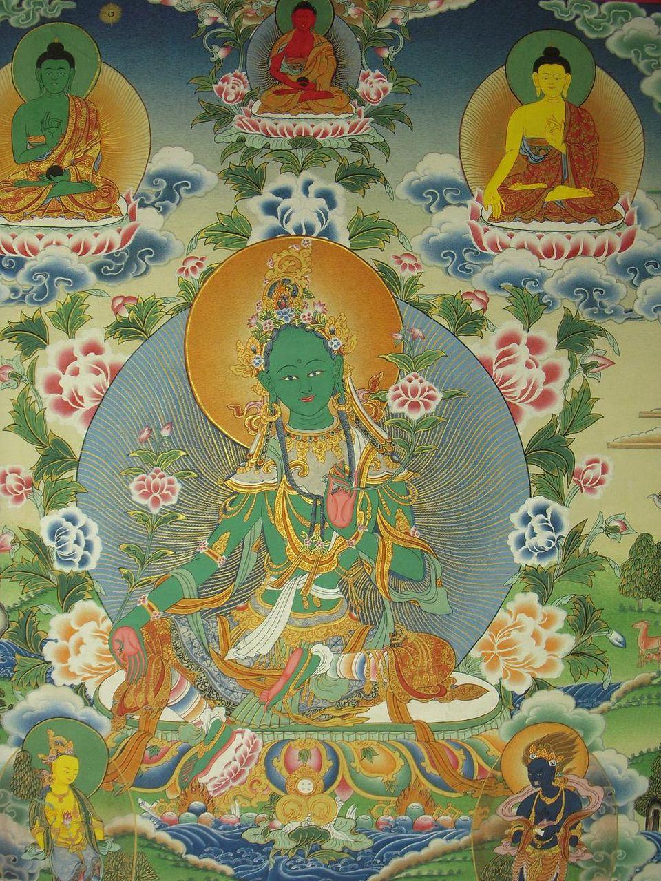 このターラ菩薩さまは、何時でも人々の救済のために飛び出せるように右足を前に出しているようです。私