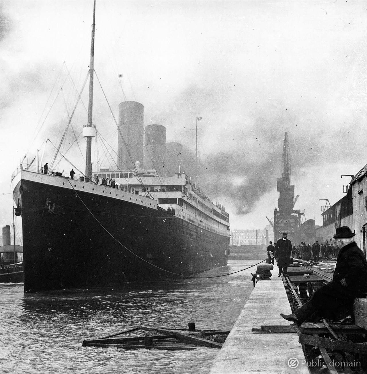 タイタニック号と港 / titanic in port