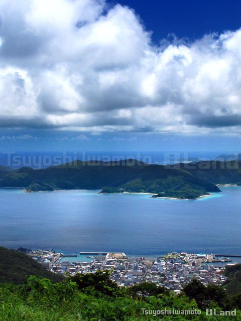 高知山から古仁屋と大島海峡を望む