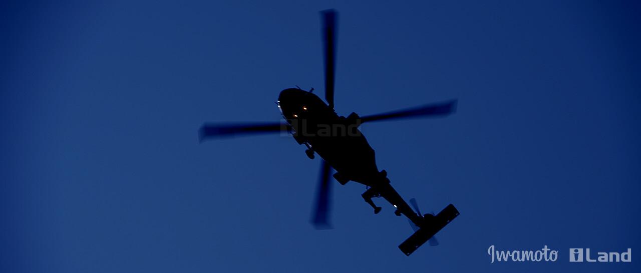 闇夜に飛ぶヘリコプター