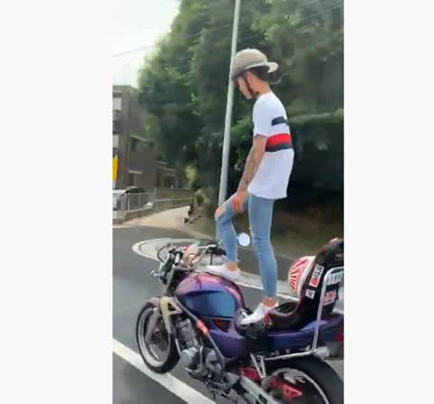 おいおい!?珍走団の若者が公道で立ち乗り