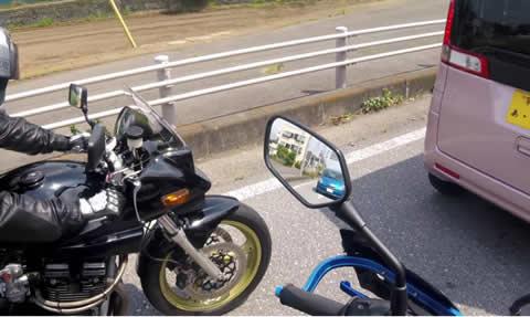 ミラーに青い悪魔が…追突事故の瞬間をとらえたヘルメットカム映像