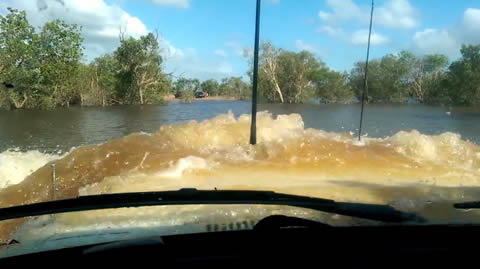 80 Series Landcruiser 4x4 Deep Water Crossing