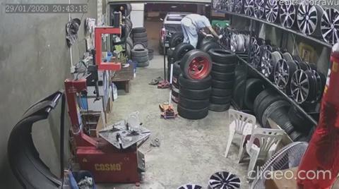 Man gets a rim job after polishing tires