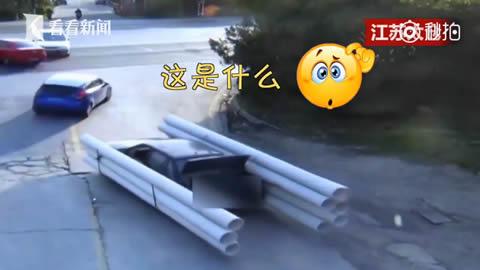 あれは何だ!?VWの両サイドにパイプをつけ運ぶ中国の男性